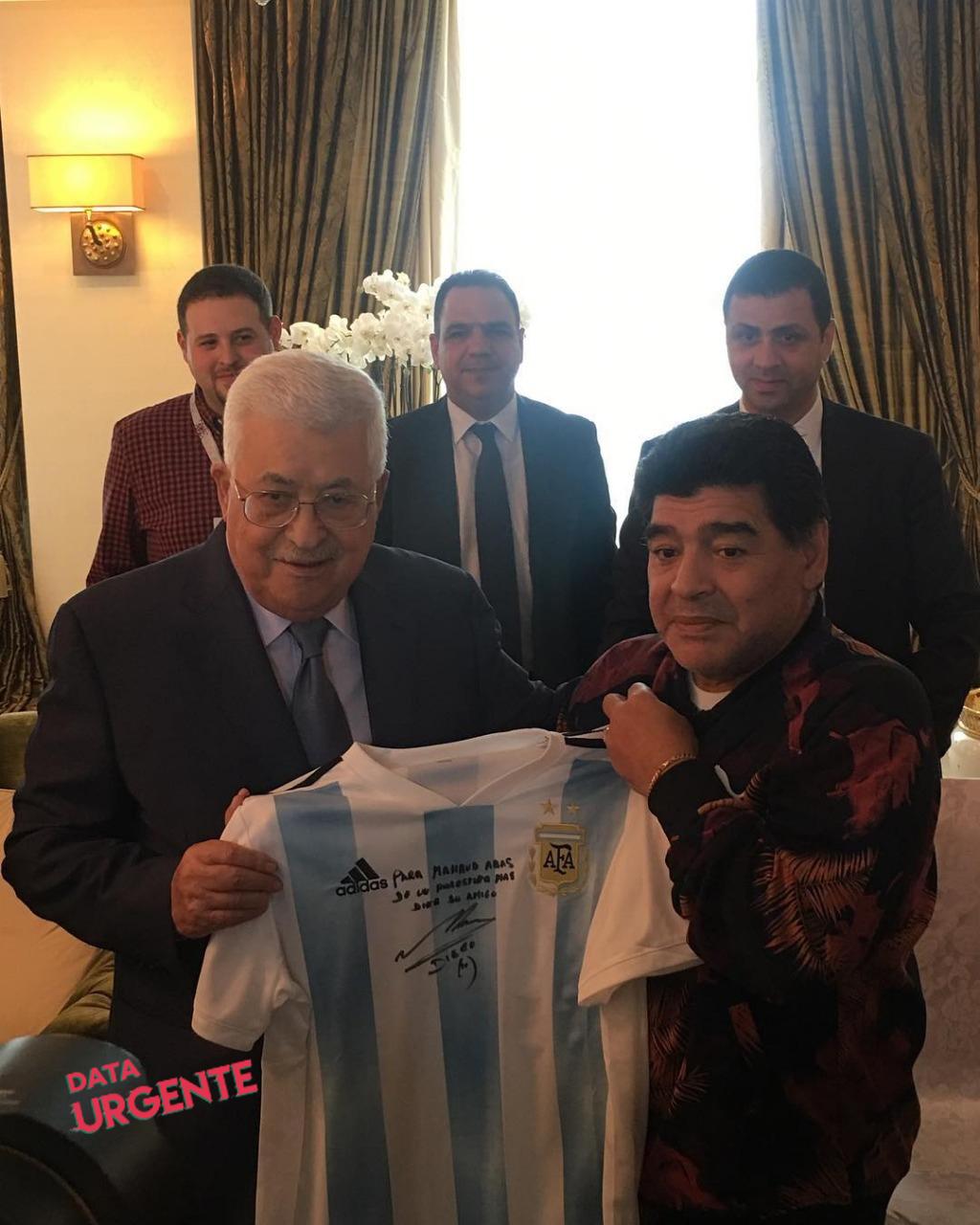 Diego Maradona con el presidente de Palestina