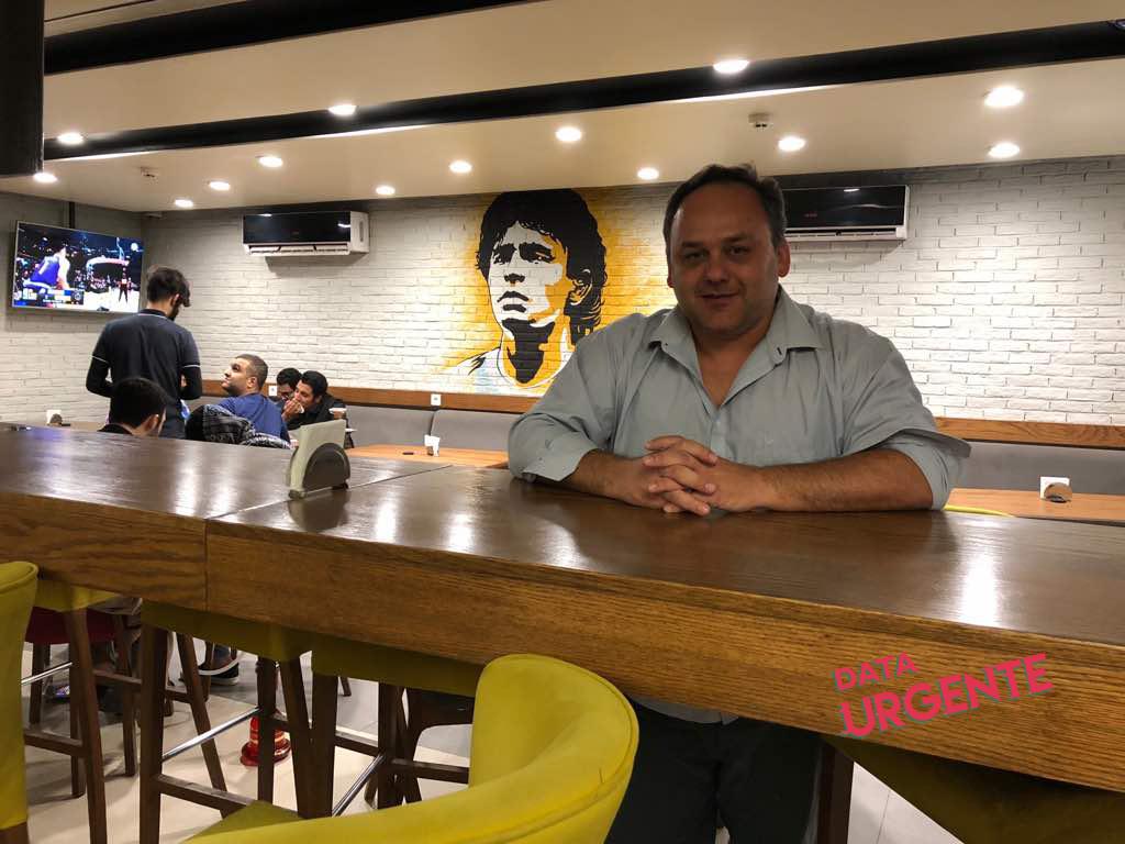 Maradona en las paredes del bar en Tehran