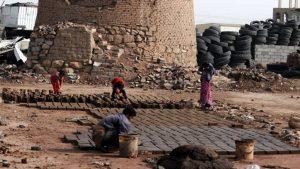 Niñxs yemenies fabricando ladrillos