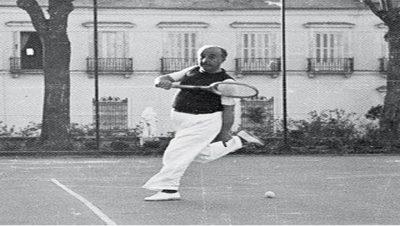 Franco Jugando al tenis - Fuente foto web - Data Urgente