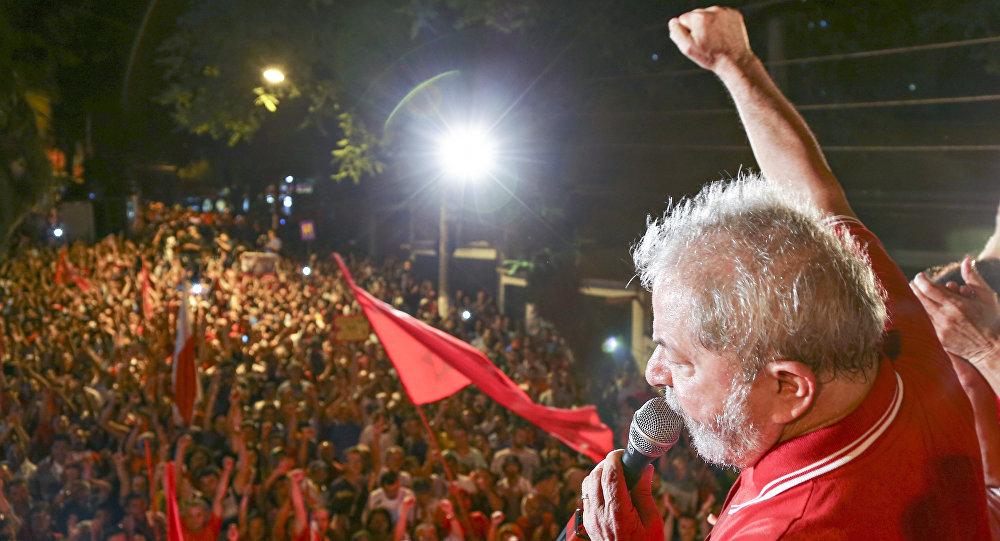 Lula brinda un discurso ante una multitud - Data Urgente - Fuente Agencias