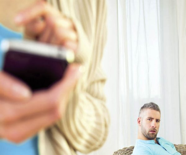Celular - Mujer - Varón - Fuente web - Data Urgente
