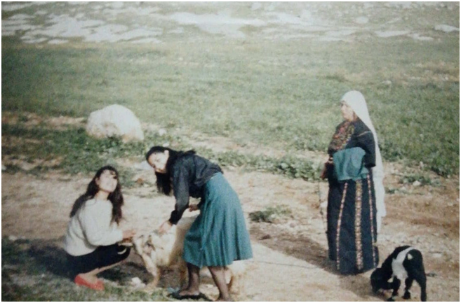 De izquierda a derecha, la tía, la madre y la abuela de la autora en la tierra que solían cosechar en Jordania. (Foto cortesía de la autora)