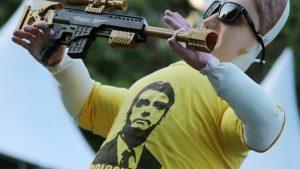 Bolsonaro - Muñeco con rifle - Fuente foto CELAG - Data Urgente