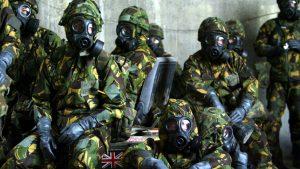 Efectivos de la Fuerza Aérea británica visten trajes de protección NBQ en un búnker. Russell Boyce/ Reuters
