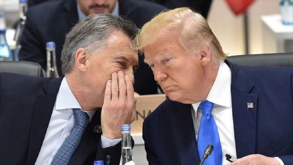 El presidente argentino, Mauricio Macri (izq.), habla con su par de EE.UU., Donald Trump, en la Cumbre del G20 en Osaka, 29 de junio de 2019. (Foto: AFP)